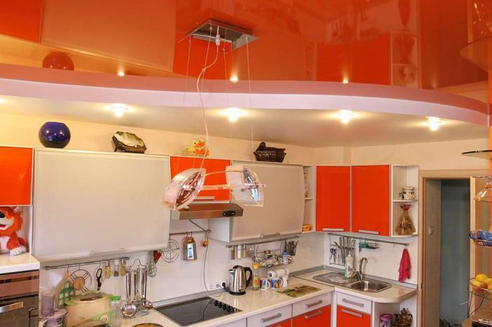 Красные натяжные потолки на кухне