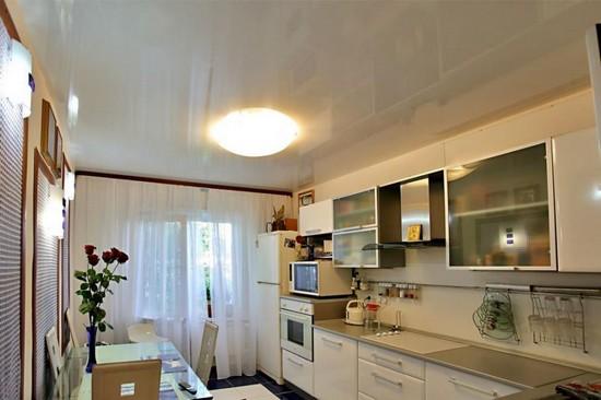Монтаж натяжных потолков в кухне